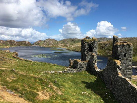 Dunlough, ไอร์แลนด์: Looking at the lake