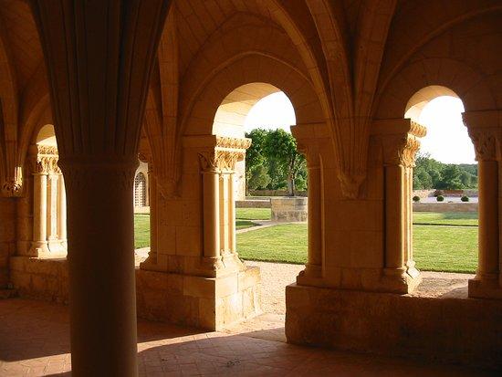 Trizay, Frankreich: Vue de la salle capitulaire de l'abbaye sur le cloître disparu et son puits