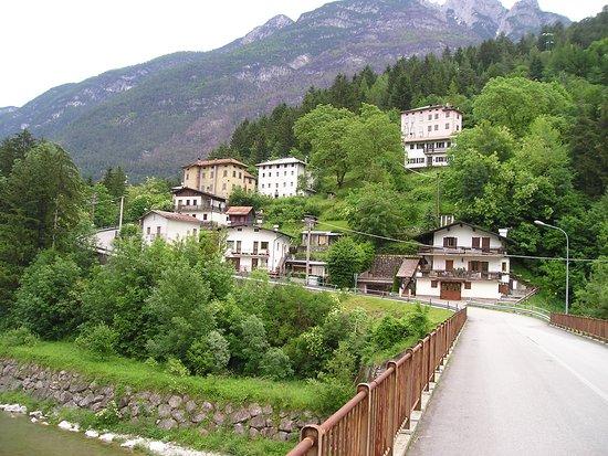Perarolo di Cadore, Italy: La casa rosa del Partigiano - in alto.