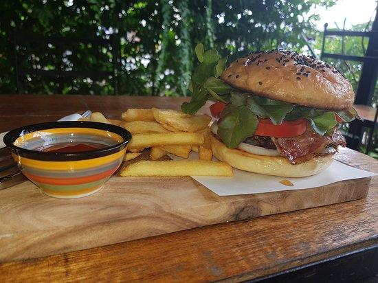 Ban Phe, Thailand: Amazing Pier Burgers