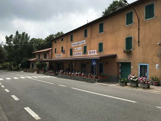 Passo della Futa: The place has tables outside, however, the restaurant doesn't serve food there for unclear reaso