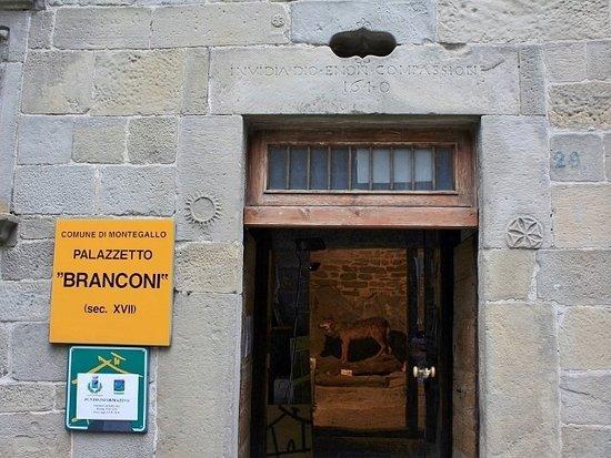 Montegallo, Italy: Portale d'ingresso con simboli del sole