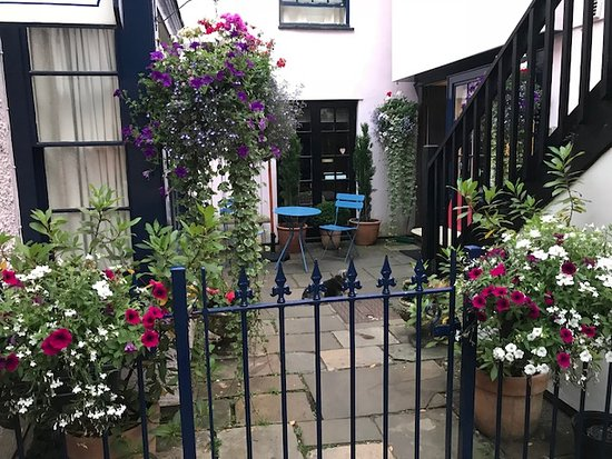 Bath Place Hotel: Patio at the end of the alley. Hotel entrance on the right.