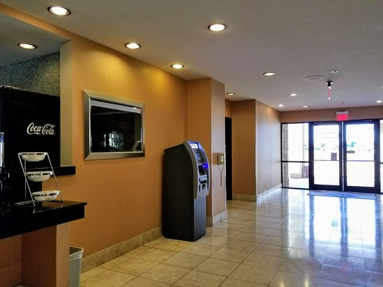 Windemere Hotel & Conference Center, Sierra Vista, January 2018: ATM in hallway off lobby to nor