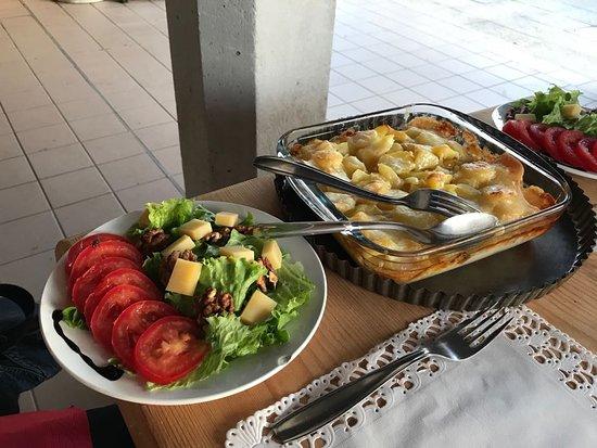 Jougne, France: Gratin et salade