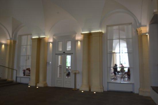 Werneck, Germany: La sala bar attraverso le porte di ingresso