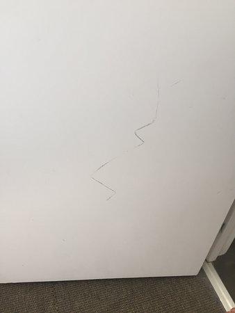Wedmore, UK: Scratch on bathroom door