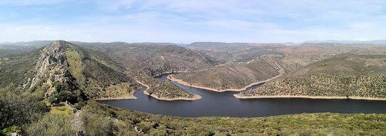Villarreal de San Carlos, Spain: Desde el Castillo de Monfragüe; a la izquierda la roca del Salto del Gitano