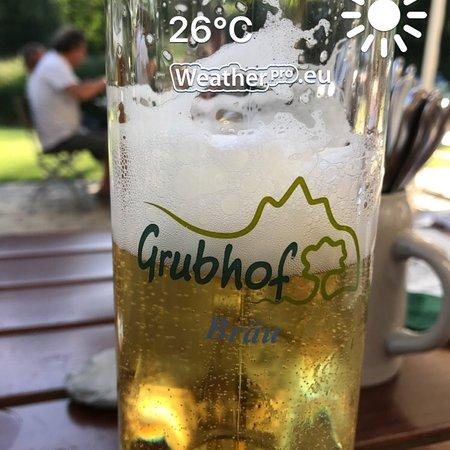 Sankt Martin bei Lofer, Αυστρία: Koud bier op een warme avond en een heerlijke Salzburger schnitzel