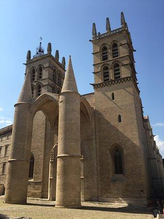 Cathedrale St-Pierre: 外観。2本の塔の存在感がすごい