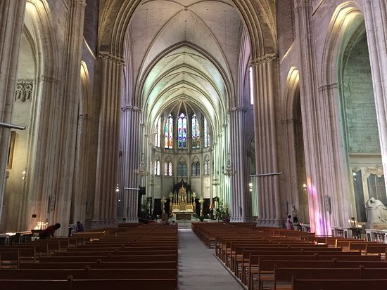 Cathedrale St-Pierre: 内部の正面方向
