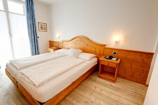 Camera Matrimoniale In Legno.Camera Matrimoniale Con Parquet In Legno Picture Of Hotel Garni