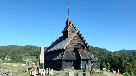 Eidsborg Stave Church: Iglesia y cementerio alrededor