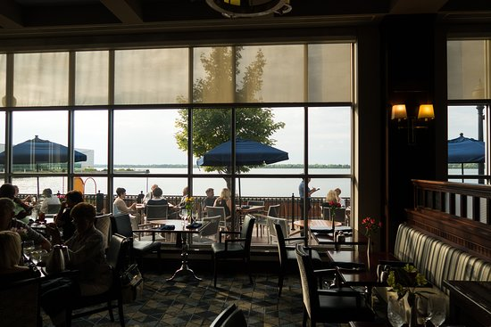 Bayfront Grille: Dining area
