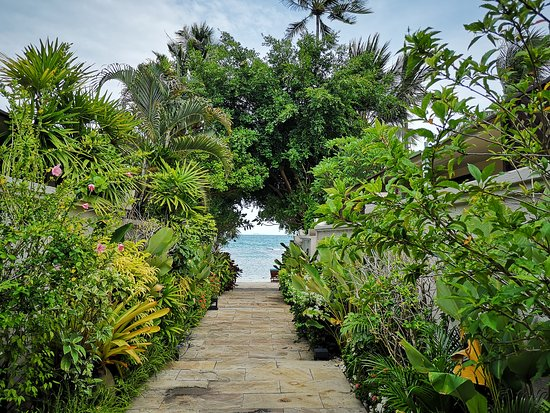 The Sunset Beach Resort & Spa, Taling Ngam: To the beach path
