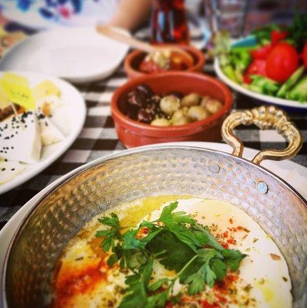 Gemlik, Türkiye: Kahvaltısı bir başkadır Sarı Kahve'nin