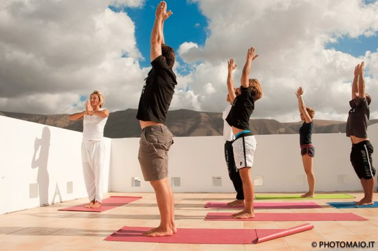 Caleta de Famara, Španielsko: One of our group yoga sessions with our amazing instructor Sandra