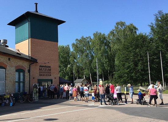 Ängelholm, Swedia: Lång kö utanför museet strax innan öppning
