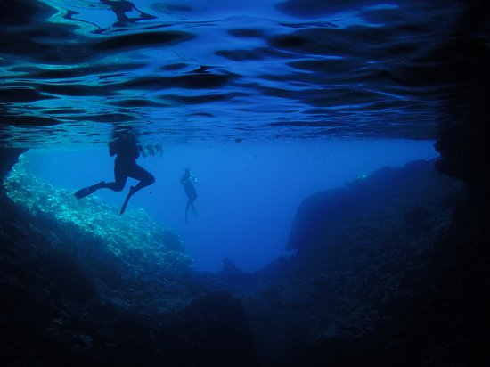 Mounu Island, Τόνγκα: snorkelling in the caves