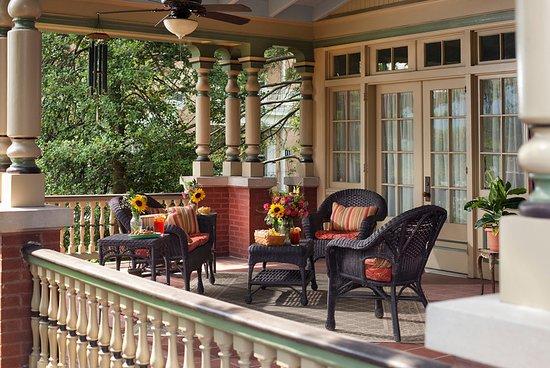 B.F. Hiestand House Bed & Breakfast: Beautiful Veranda!