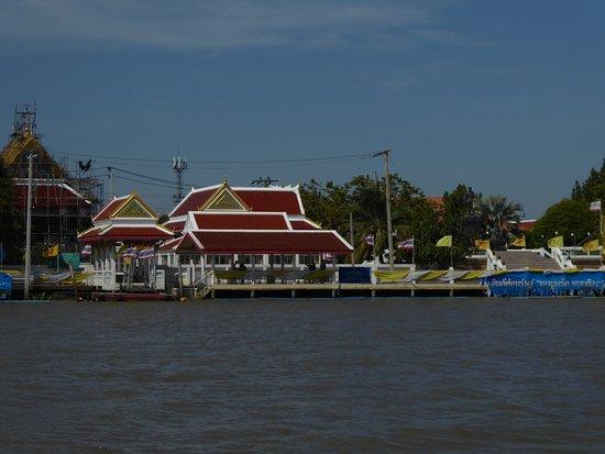 Nonthaburi, Thailand: Tempelkomplex Wat Paramaiyikawatworawihan mit Fähranleger bei der Überfahrt Koh Kret