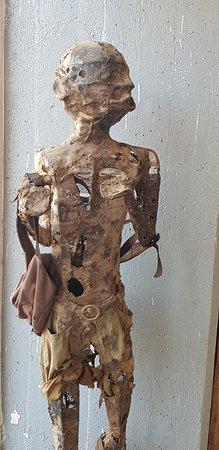 Galerie d'Art Contemporain du Musee D'Art de Lubumbashi: Sculpture à l'entrée du musée