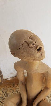 Galerie d'Art Contemporain du Musee D'Art de Lubumbashi: Sculpture à l'entrée...