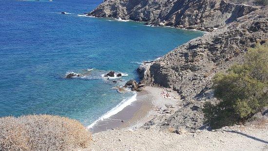 Karavostasis, กรีซ: piccola spiaggia di ciottoli e roccia sulla strada che va dal porto verso Livadi. Mare cristalli