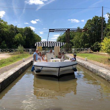 Briare, ฝรั่งเศส: Promenade sur le canal avec les bateaux sans permis