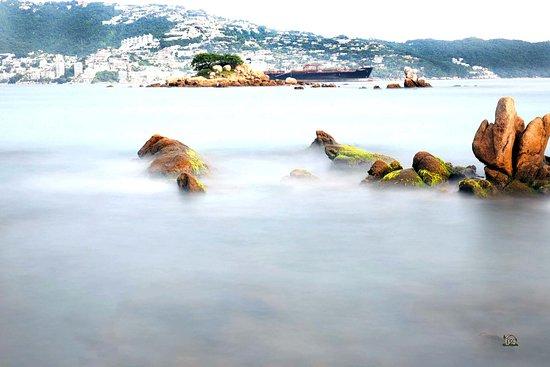 Sands Acapulco Hotel & Bungalows: La playa se encuentra a escasos metros del hotel. Hay que cruzar una avenida.