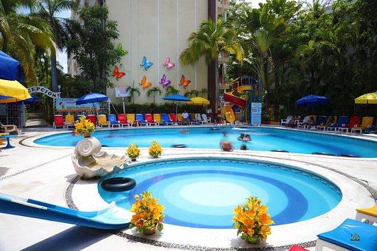 Sands Acapulco Hotel & Bungalows: La alberca y su ambiente lleno de colorido.