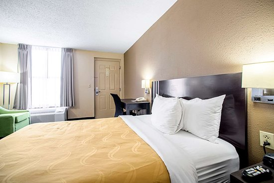 Pacific, MO: Guest room with one bed