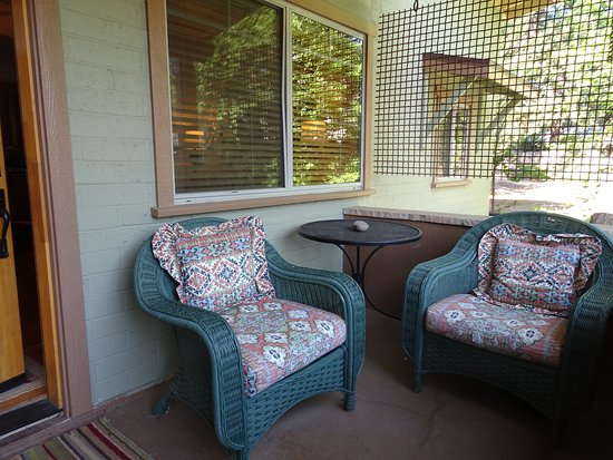 Gurley Street Lodge: Seating area on the porch