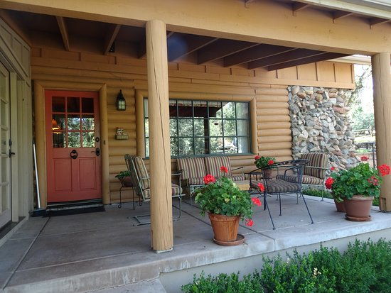 Gurley Street Lodge: Upon approach to the main lodge