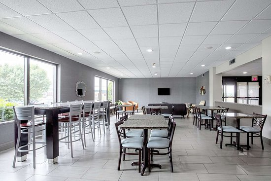 Holly Springs, MS: Enjoy breakfast in this seating area