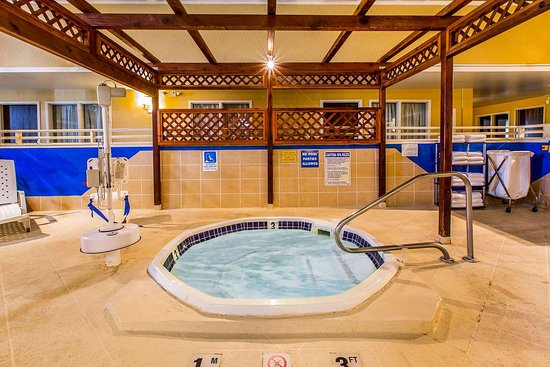Quality Inn & Suites: Relax in the hot tub