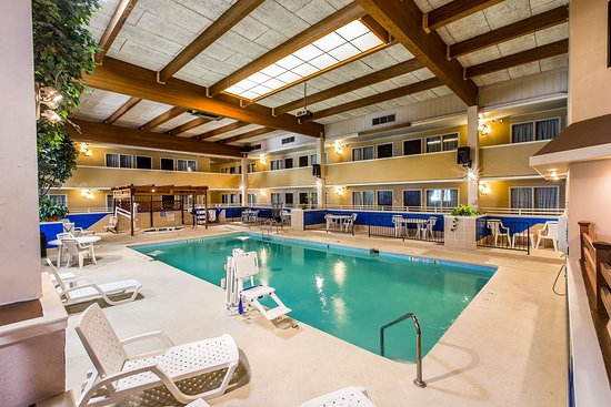Quality Inn & Suites: Indoor pool with hot tub