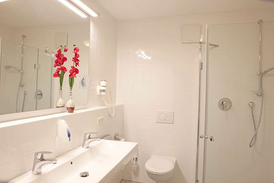 Salmdorf, Niemcy: Bathroom in guest room