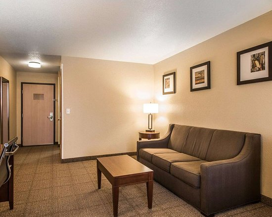 Bethany, MO: Spacious suite with living room