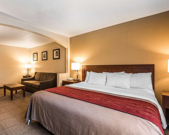 Bethany, MO: Suite with king bed