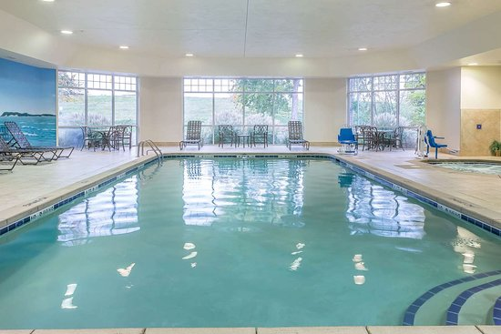 Plainwell, MI: Indoor pool with hot tub