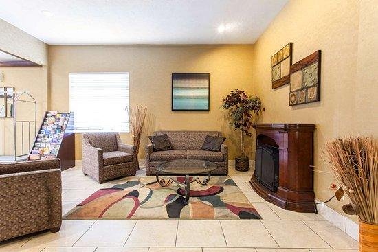 Seville, Ohio: Spacious lobby with sitting area