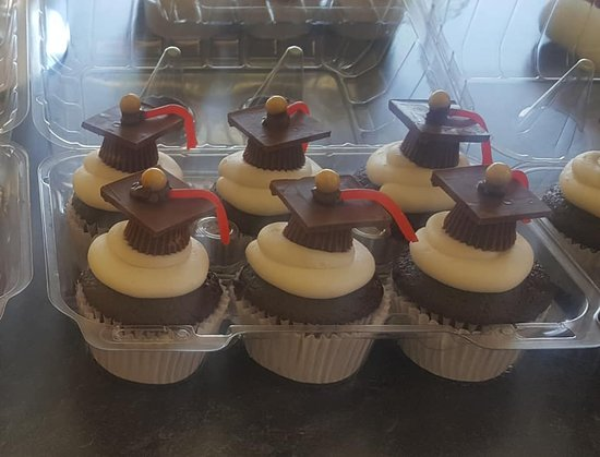 Cloverdale, IN: Nifty graduation cupcakes!