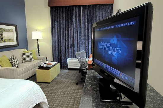 Hilton Garden Inn Westbury: Guest room