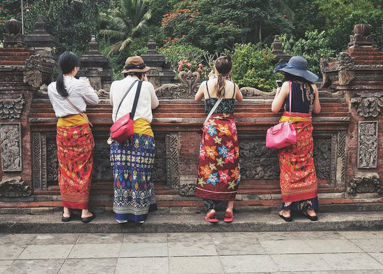 Тампаксиринг, Индонезия: Visitors at Tirta Empul Temple