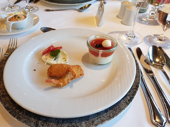 Parkhotel Seefeld: Mousse from buffalo mozzarella, tomato jelly & crispy shrimps