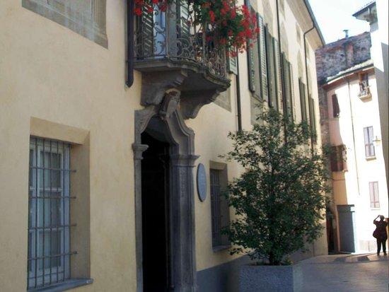 Bobbio, Italy: Ingresso del Palazzo Vescovile accanto alla Cattedrale