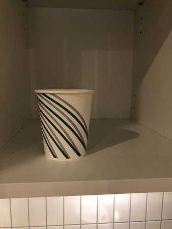 Evenes Fjordhotell: We found one cup in the kitchen cabinet, used though.