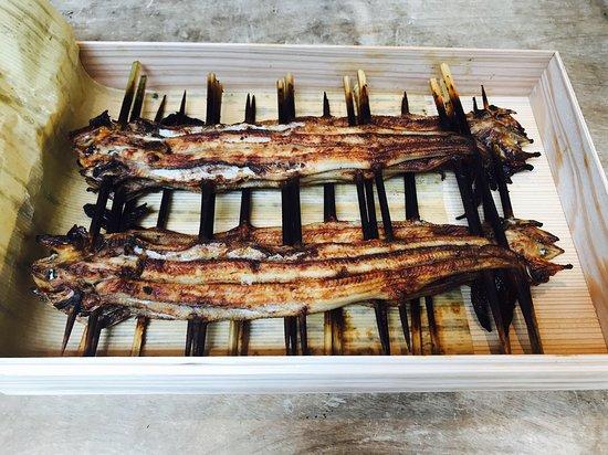 Shimomura: 開けると穴子の串焼きが沢山