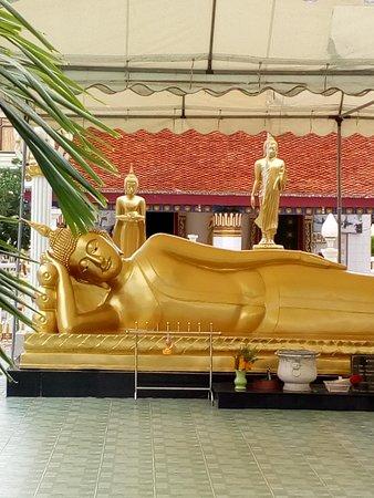 วัดพระพุทธไสยาสน์: Beautiful Buddha statue
